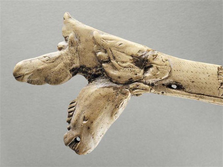 Fragment de propulseur gravé de trois têtes de chevaux à trois âges différents | Magdalénien, Vers 15000 avant J.C. | Grotte Mas d'Azil