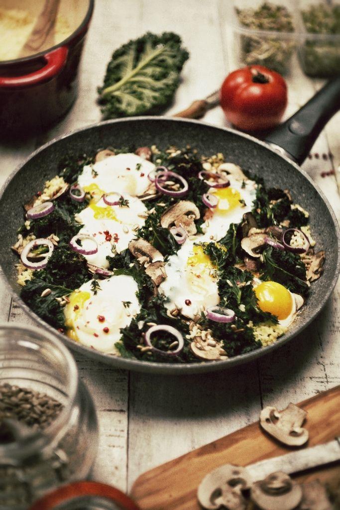 jajka zapiekane z kasza jaglana i jarmuzem (zamiast jarmużu można spróbować ze szpinakiem)