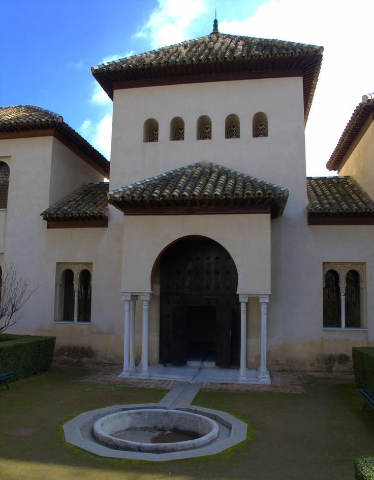 El Alcázar Genil (Qasar Al-Sayyid), fue construido en el siglo XIIIfuera de las murallas de la ciudad de Granada, junto al río Genil, como una de las residencias de la familia real nazarí. Hoy, se encuentra inmerso en plena ciudad, muy cerca del centro y justo al lado del Palacio de Congresos, siendo sede de la Fundación Francisco Ayala. (vía flickr)