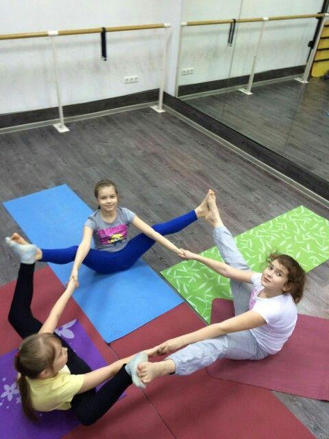 Детская йога -  адаптированная практика для детей, эта практика максимально бережно относится к растущему организму: минимизирован риск травм мышц, костей и суставов, упражнения помогают развить координацию и гибкость