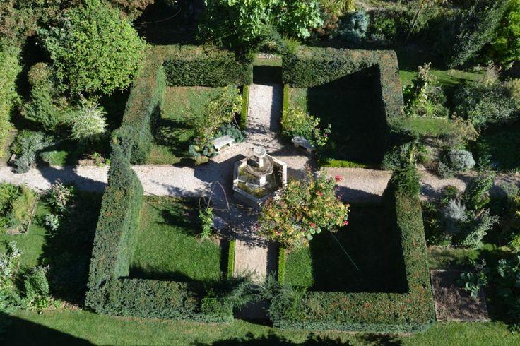 Le coeur du jardin clos d'inspiration médièvale et sa fontaine. The heart of the medieval garden with its fontain.