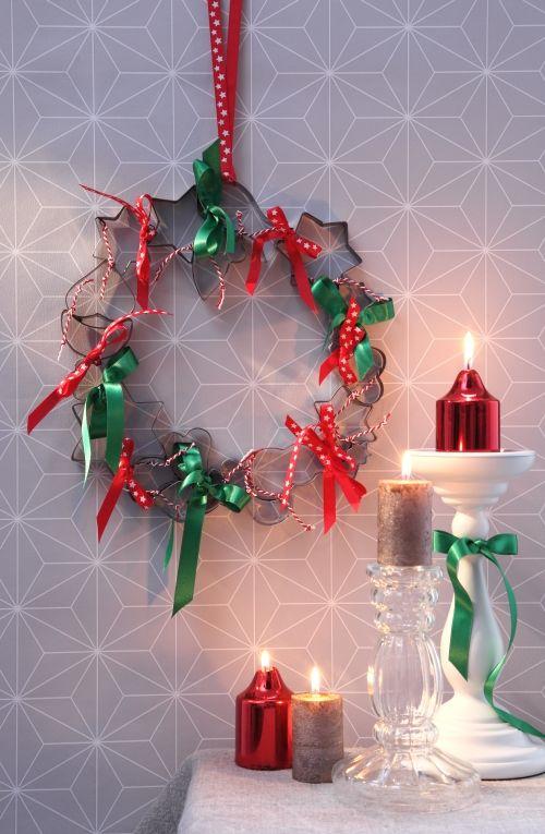 Trend Kranz aus Pl tzchen Ausstechern mit Schleifenband Weihnachten DIY Wanddeko