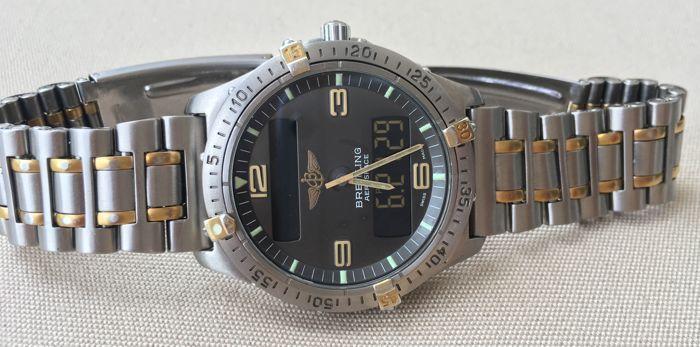 Breitling Aerospace Ref. F56062--Mannen--1980  Breitling Aerospace ref. F56062 - geproduceerd in de jaren 1980Multifunctionele quartz-uurwerk (alarm teller chronograph 2e tijdzone dag/datum).Zaak en armband - titanium en verguld elementenKast grootte: 40 mm excl. kroonBand grootte: past een pols van 17-18 cm.Lug breedte: 20 mm.Case: professioneel gepolijst bevat enkele dings en krassen. Goud Vergulde elementen vertonen tekenen van slijtage. Houd u aan de foto's.Wijzerplaat: heeft sommige…