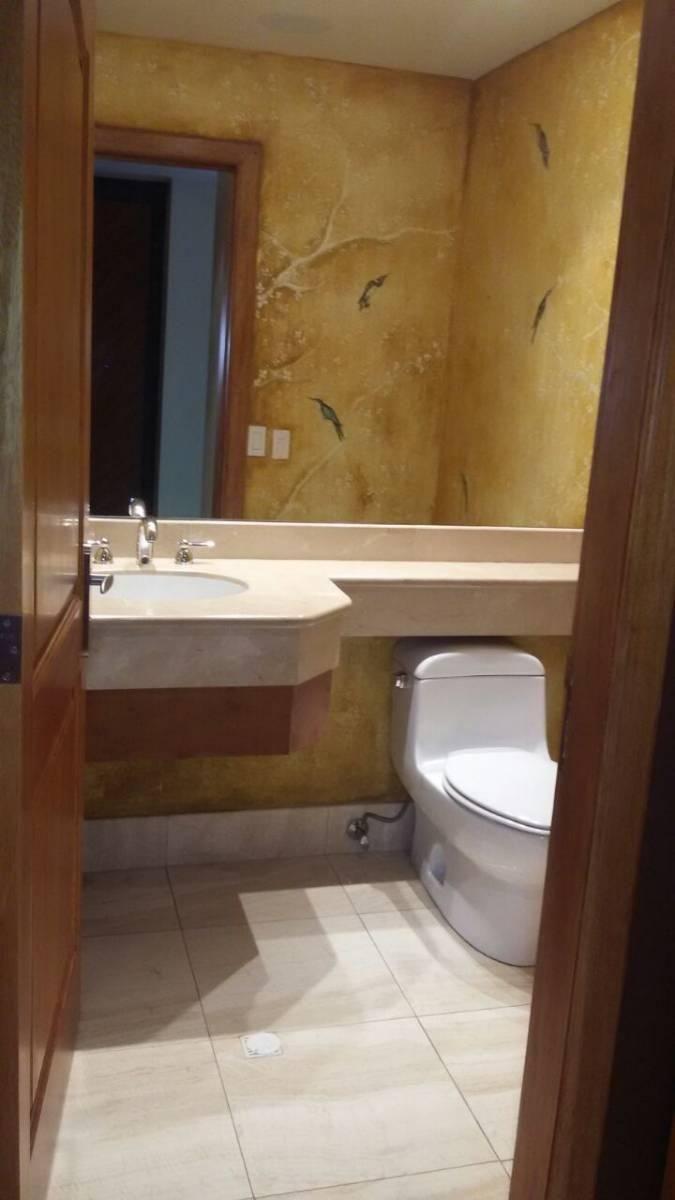 """Es un departamento ubicado en el exclusivo condominio del sector """"Quito Tenis"""", tiene 360 m2 de construcción; incluye línea blanca Kitchen Aid, todas sus áreas tienen gran amplitud, tiene tres habitaciones cada una con su baño respectivo, 1 dormitorio adicional sacado del master, total 4 dormitorios, sala de estar, cocina con área para desayunador, mesones de granito, pisos de tablón en área social, en perfecto estado, cuarto de máquinas, cuarto de servico, baño de servicio, terraza, bodega…"""