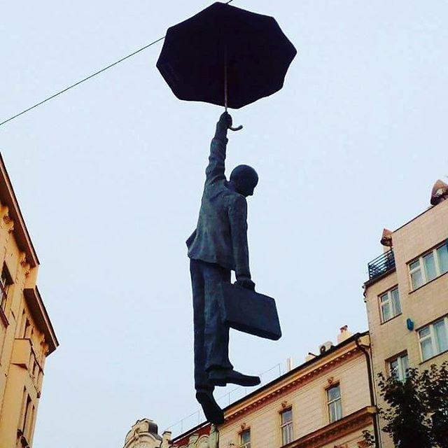 """Seduto sopra un muro sto a pensare.  Con il mio ombrello in mano da aprire.  Comincio a credere si possa fare,  lanciarsi e riuscire a planare.  """"Stasera resto a casa,Rosafante""""  #praga #prague #streetart #rosafanteofficial #staserarestoacasa #ombrello #naif #writer #song #travel #beautiful #pictureoftheday"""