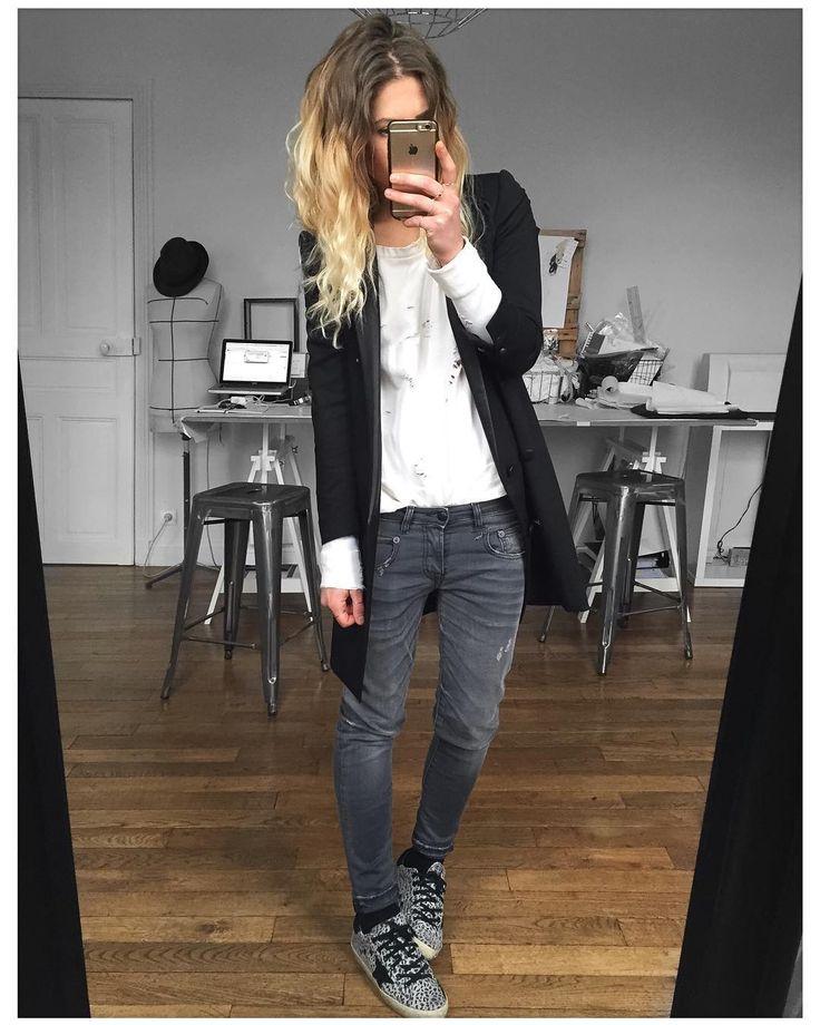 con blazier negro y camiseta blanca con letras negras, opcional: botas negras o snakers gris