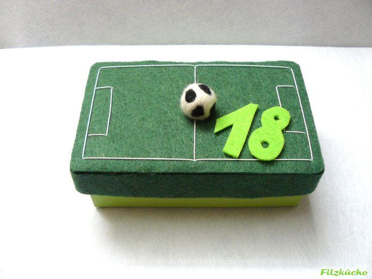 """Geschenke für Männer - Geburtstag-Geschenke-Box """"Fussball-Fan"""" aus Filz - ein Designerstück von filz-kueche bei DaWanda"""