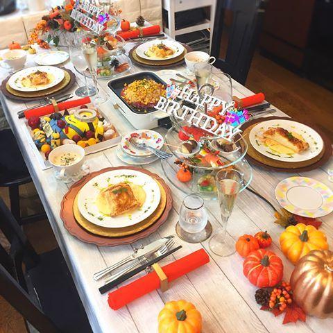 . 先日のレッスン🎶 . うちで1番最初の生徒さん💕 毎月通って頂いていて、この日は 息子さんの誕生日会を兼ねて 家族で来てくれました☺️✨ . . 〈献立〉 ✴︎鯛の包み焼き ✴︎ガーリックペッパーライス ✴︎スモークサーモンの野菜巻き ✴︎炙りホタテのまあるいテリーヌ ✴︎白菜とベーコンのクリーム煮 ✴︎パックンチョコバナナ . . 真ん中のミニオンの特注ケーキ🎂 すごすぎる😳‼️‼️‼️ . . #誕生日会 #ハロウィンパーティ #おうちごはん #花のある幸せごはん #クッキングラム #デリスタグラマー #おうちカフェ #料理 #手料理 #料理教室 #北九州料理教室 #福岡料理教室 #福岡 #テーブルコーディネート #delicious #instafood #kitakyushu #fukuoka #cookingram #cooking #foodphoto #wp_delicious_jp #delimia #ouchigohan