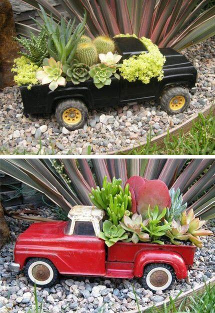Suculentas plantadas em carrinhos de brinquedo.