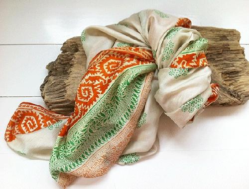 Nyyydelig og eksklusivt!! Supermykt 100% silke - vanskelig å gi fra seg.. håper det kommer til et godt hjem :)  www.farmhousedesign.no  Lengde: 170 cm  Bredde: 110 cm  Alle sjalene er unike - det finnes kun ett av hver modell.  Disse skjerfene er laget av resirkulert indisk sari, som har vært båret av en person i mange år. På grunn av dette kan deet forekomme at enkelte av stoffet ha små skader, som et lite hull eller en liten flekk - men jeg har gått over alle o...