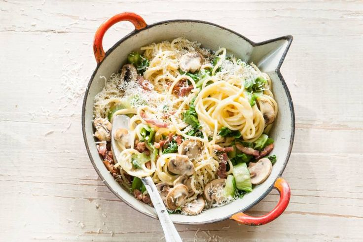 Met de basis van spaghetti, spek en ei van het oorspronkelijke carbonararecept kun je naar hartenlust variëren. Met champignons en andijvie bijvoorbeeld - Recept - Allerhande