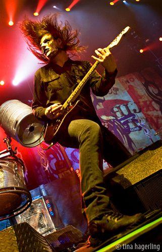 Me gusta tocar la guitarra.Mis guitarra es de color rojo. Este es Jim Root de Slipknot.