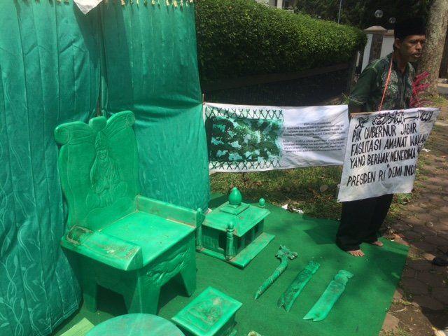 Ingin temui Jokowi, 2 pria pamer peninggalan anak Prabu Siliwangi   merdeka.com