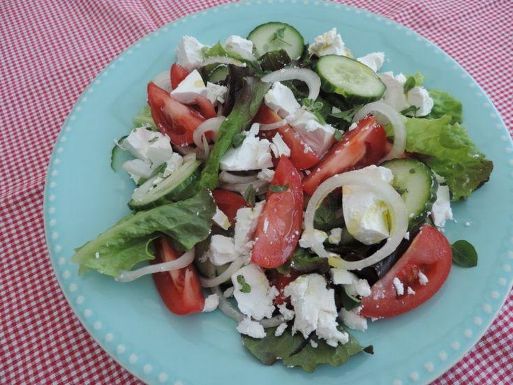 Deze veelzijdige Griekse salade zet de smaak van de zon op tafel. Een eenvoudige Griekse salade kan dan ook echt een topper op tafel zijn.