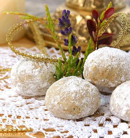 Это нежное рассыпчатое печенье, традиционно подают гостям на мексиканских свадьбах. Обычно печенье выпекается из белой пшеничной муки и орехов пекан. Мне понравился вариант с цельнозерновой пшеничн…