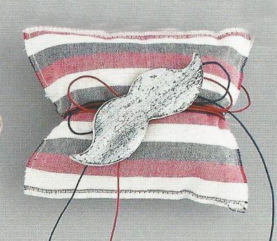Πουγκι μαξιλαρι με ξυλινο μουστακι