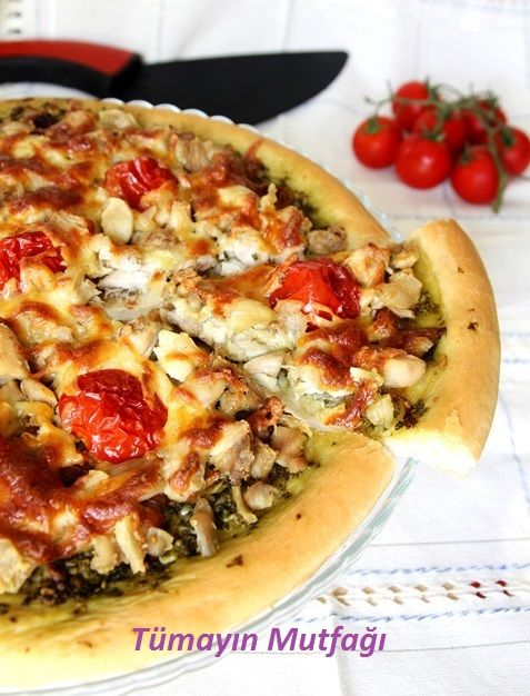 PESTO SOSLU TAVUKLU PİZZA:) http://www.tumayinmutfagi.com/TarifYorum-1103-yemek-tarifleri_pesto-soslu-tavuklu-pizza.htm