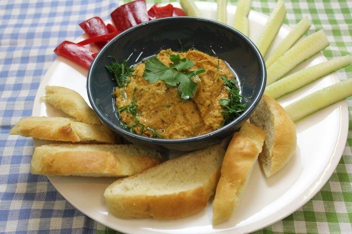 Хумус - пошаговый рецепт с фото: Хумус это паста из нута (турецкого гороха). Ее можно мазать на хлеб, гренки, подавать к свежим овощам или основным блюдам в качестве соуса. В хумусе много витаминов и растительного белка во время поста и в вегетарианском меню он просто незаменим.
