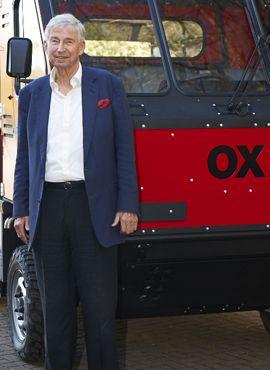 Il a créé un petit camion génial pour le transport en Afrique!