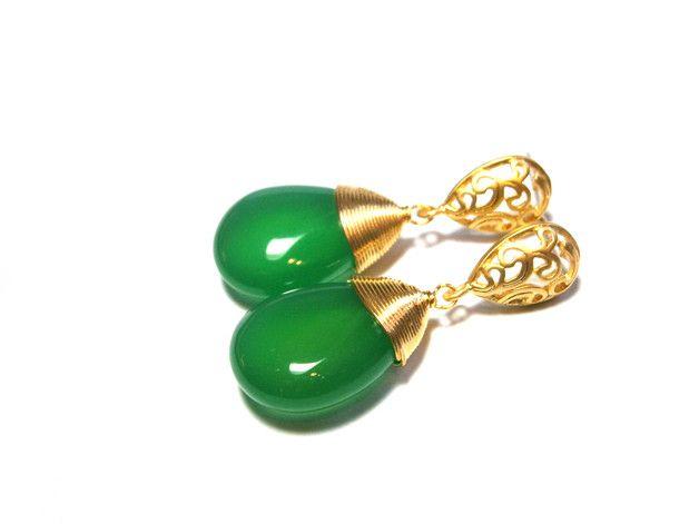 **Ohrringe Jade** mit Ohrsteckern aus Echt Silber 925 (Sterlingsilber), die an die filigranen, vergoldeten Tropfen gelötet wurden. Die Ohrringe sind insg. ca. 28 mm lang, die grünen Jade-Tropfen...