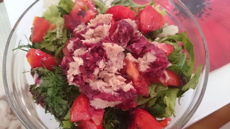 Nar ekşili + siyah havuçlu sos eşliğinde,Ton balıklı,naneli,dereotlu,maydonozlu,taze soğanlı,domatesli, marul salatası..miss