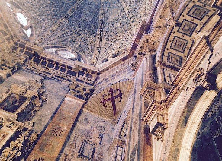 Сантьяго-де-Компостела. Мраморные своды собора и ракушка с крестом в виде меча — символ Святого Иакова.