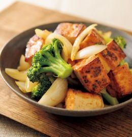 ボリュームたっぷりなのに、カロリーは1人分200kcal以下。低カロリーのわけは、肉の代わりに厚揚げをメイン素材にして、ブロッコリーとタマネギをゴロゴロに大きく切ってかさ増ししたおかげ。しょうゆベースの甘酢あんはご飯との相性も抜群で、ダイエット中の方におすすめの野菜がしっかりとれる煮物です。
