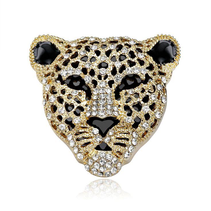 Brošňa na šatky v tvare nádherného pozláteného leoparda. Vytvára motív luxusného kruhu posiateho žiarivými kamienkami. Brošňa je malé šperkárske majstrovské dielo, ktoré vďaka symbolike v sebe ukrytej dodáva svojej nositeľke pocit elegancie. Skúste byť originálna a ozdobne si svoju hodvábnu šatku alebo hodvábny šál. http://bit.ly/1v1GgIR
