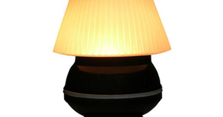 Cómo funcionan las lámparas táctiles. Una lámpara táctil es una sin interruptor externo, diseñada para encenderse y apagarse tocando cualquier parte de ella. Aparte de la configuración del interruptor, poco separa a la lámpara táctil media de una con interruptor manual. En una lámpara táctil, el interruptor eléctrico que enciende y apaga la luz está dentro de la lámpara, no fuera. ...