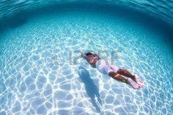 nuotatore: Giovane subacquea su una apnea in un mare tropicale su fondo sabbioso Archivio Fotografico