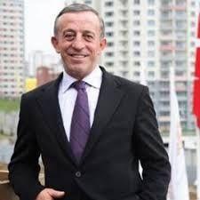 Trabzon Of'ta 1954'te dünyaya gelen Ali İbrahim Ağaoğlu, lise eğitimi sırasında ticarete başlaması sebebiyle okulu bıraktı. 1975 yılına kadar ailesinin des