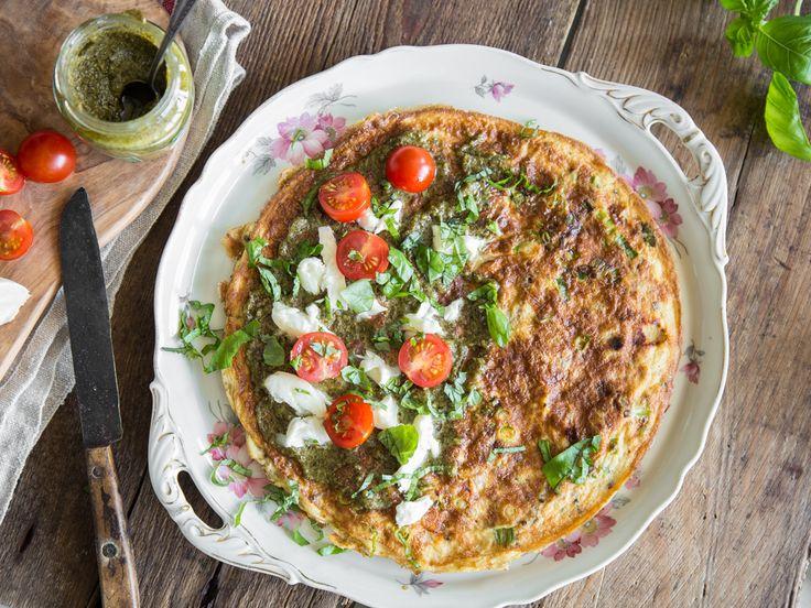Schnell, würzig und Low Carb: Tomaten-Pesto-Omelett