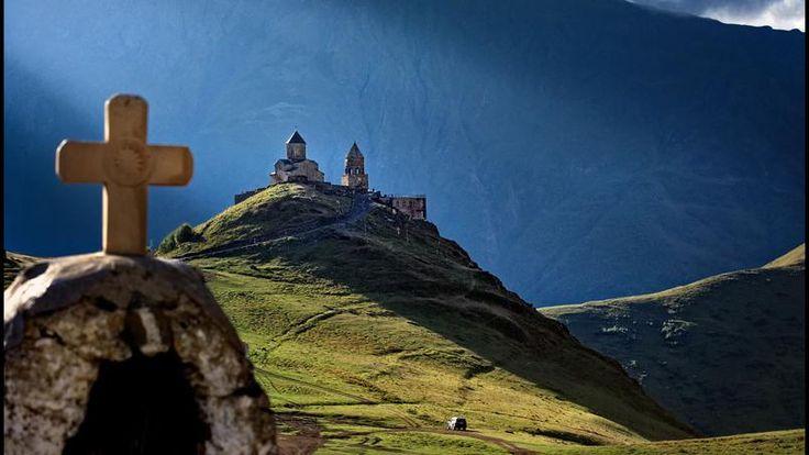 La foi chrétienne, attestée en Géorgie depuis 327, a atteint les sommets du Caucase : ici l'église de Gergeti (XIVe siècle), chef-d'œuvre médiéval posé au pied du mont Kazbek (5047 m). La Géorgie ne doit pas son nom à saint Georges mais au perse Gourdjistan, littéralement « le pays des loups ».
