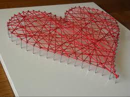 Spijkers in een hout timmeren in een vorm (hart) en touw er doorheen wikkelen.