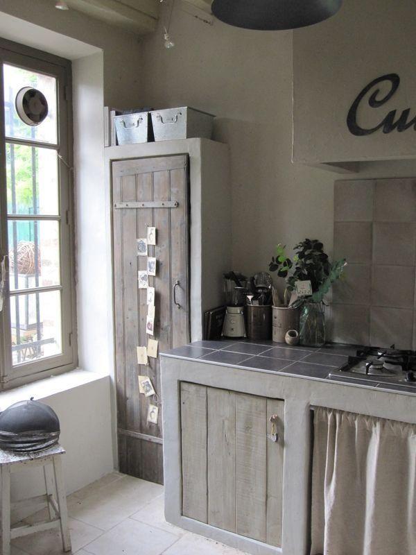 reforma cocina con muebles de obra y puertas con madera reutilizada, encimera de azulejos.