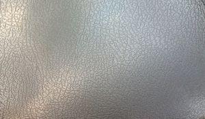 En décoration intérieure, pas toujours évident de trouver des textures originales et résistantes pour réaliser vos idées.  Pas de panique ! John Steel a la solution ! Il existe une texture à mi-chemin entre le cuir et le métal brut : l'inox texture cuir ! Bas de porte, set de table dans la cuisine ou dans votre salle de bain, vous pourrez l'utiliser comme il vous plaira !