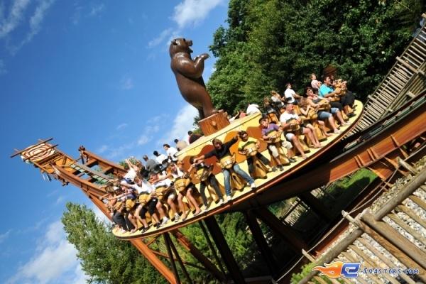 2/8 | Photo du Roller Coaster Le Grizzli situé à Nigloland (France). Plus d'information sur notre site http://www.e-coasters.com !! Tous les meilleurs Parcs d'Attractions sur un seul site web !! Découvrez également notre vidéo embarquée à cette adresse : http://youtu.be/LM94OlVKRHY