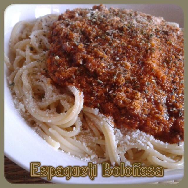 ESPAGUETI BOLOÑESA / 250g de espagueti. 1 zanahoria. 1 cebolla grande. 1 dientes de ajo. 400g de carne picada (yo uso de ternera). 50g de foie (o paté en su defecto). 200g de salsa de tomate. Orégano. Albahaca. Aceite de oliva virgen extra. Sal .  Azúcar