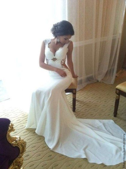 Облегающее свадебное платье со шлейфом и оригинальной спиной - белый,свадебное платье