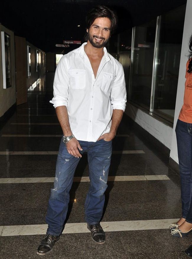 Shahid Kapoor went on to watch his film R...Rajkumar with his fans. #Fashion #Style #Handsome #Bollywood