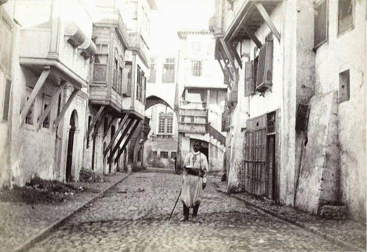1890 Χανιά, σε κάποιο δρόμο, με τον Μουσταφά
