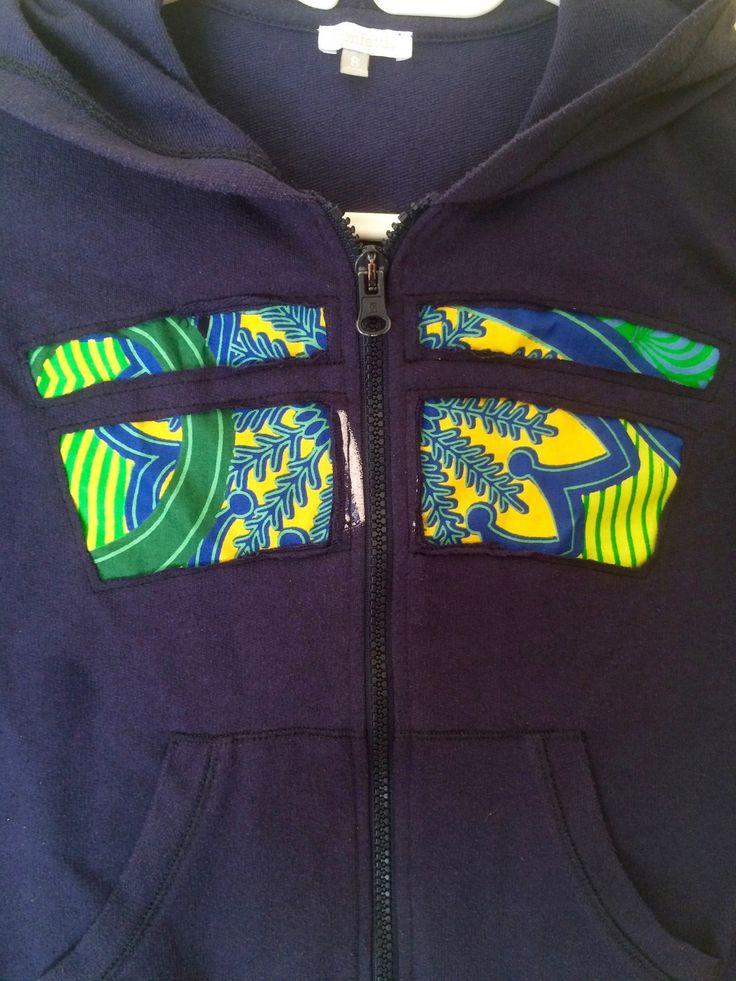 Upcycling - Pull à capuche zippé sweat bleu patchwork motif africain
