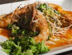 Espaguetis con gambas al ajillo y flores de brócoli. Ingredientes: 500 gramos de espaguetis + 1 brócoli 250 gramos de gambas peladas + 2 guindillas + 6 dientes de ajo + aceite de oliva + sal + albahaca queso parmesano