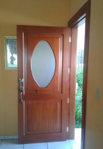 Puerta de caoba con vidrio ovalado difuso, entregada a Marlon Gutiérrez. Miami, Florida.