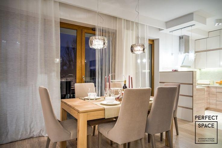 Jadalnia dla kilkuosobowej rodziny. Punktowe oświetlenie nad stołem to bardzo praktyczne rozwiązanie.