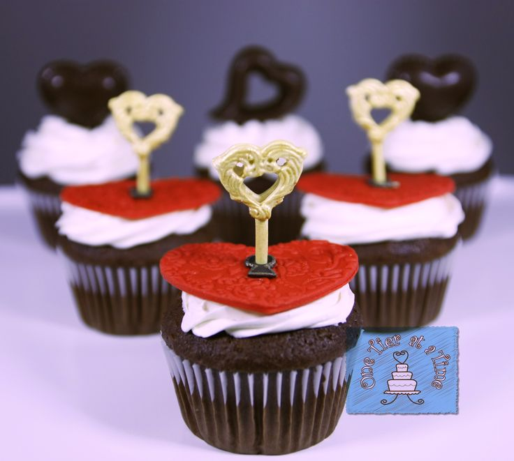 Key to my heart Valentine's Day cupcakes, lock and key