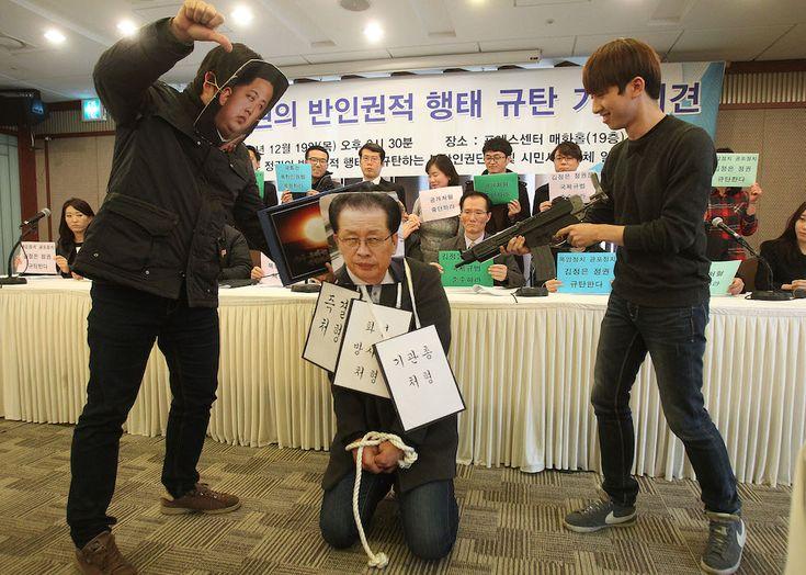 """Seul, Corea del Sud, Studenti della Corea del Sud recitano la parte del dittatore della Corea del Nord Kim Jong Un e di suo zio Chang Sung-taek durante una conferenza stampa sui diritti umani. Dopo un processo militare che ha riconosciuto Chang Sung-taek colpevole di """"tradimento"""", il regime della Corea del Nord lo ha ucciso."""