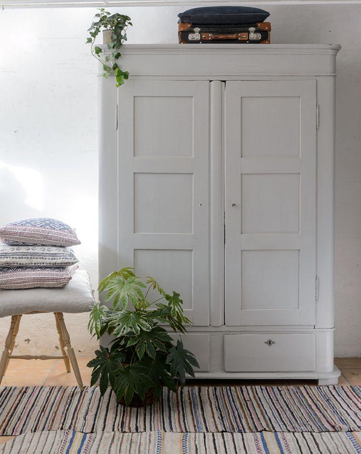 Ett underbart klädskåp i varmgrått. Skåpet har dubbla dörrar samt två lådor längst ned.