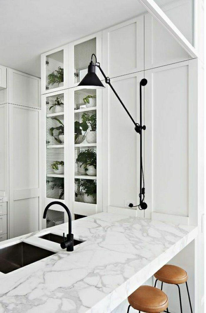 bar de cuisine marbre blanc, cuisine en marbre, meubles en bois blanc, lampe de lecture