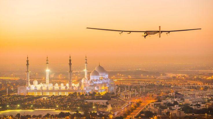 DEFI SOLAIRE. Après des essais positifs réalisés au-dessus d'Abu Dhabi, l'avion «Solar Impulse 2» devrait entamer sa course autour du monde en 12 étapes. Ce projet révolutionnaire, porté par les Suisses Bertrand Piccard et André Borschberg, veut prouver qu'il est possible d'utiliser l'énergie solaire pour les vols longue distance en avion. «Solar Impulse 2», dont l'envergure dépasse les 70 mètres, est recouvert de 17000 cellules photovoltaïques. Elles alimentent des batteries au lithium qui…